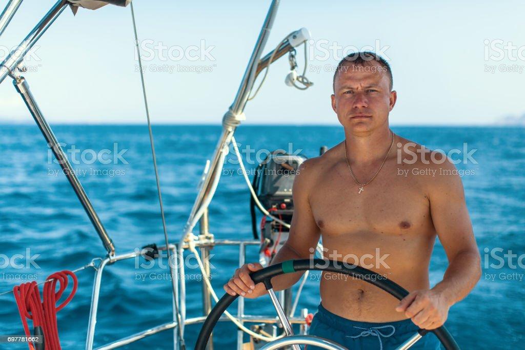 Junger Mann Mit Nackten Körper An Der Spitze Einer Segelyacht Boot