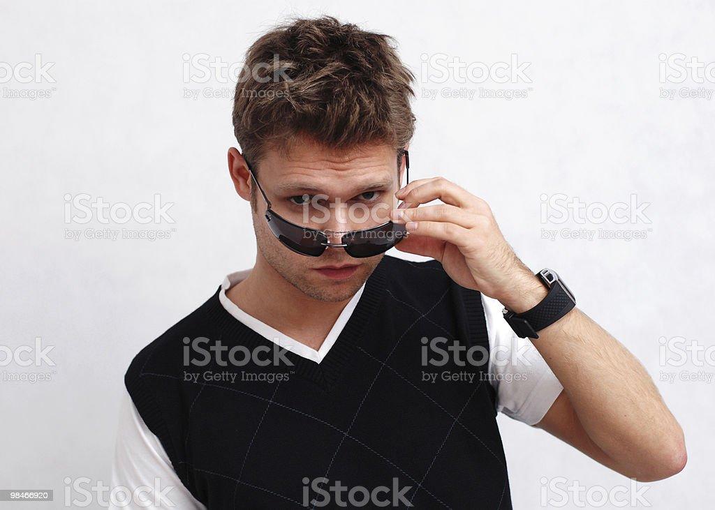 Giovane uomo con gli occhiali da sole foto stock royalty-free