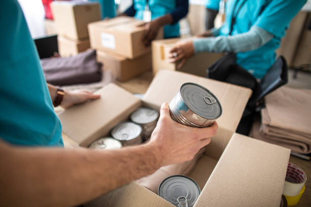 Junger Mann arbeitet in gemeinnütziger Stiftung, Packspendebox – Foto