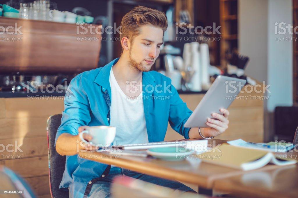 Jeune homme travaillant à la maison bureau - Photo de Adulte libre de droits