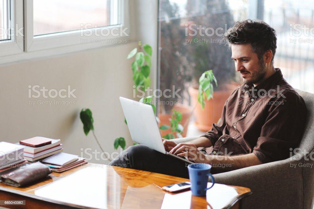 Junger Mann, Arbeiten von Zuhause  – Foto