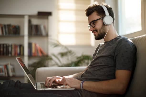 Junger Mann von zu Hause aus arbeiten – Foto