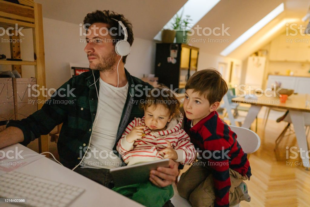 Junger Mann arbeitet von zu Hause aus - Lizenzfrei Abstand halten - Infektionsvermeidung Stock-Foto