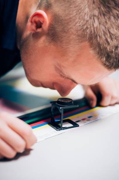 junger mann arbeitet in druckerei - porzellan druck stock-fotos und bilder