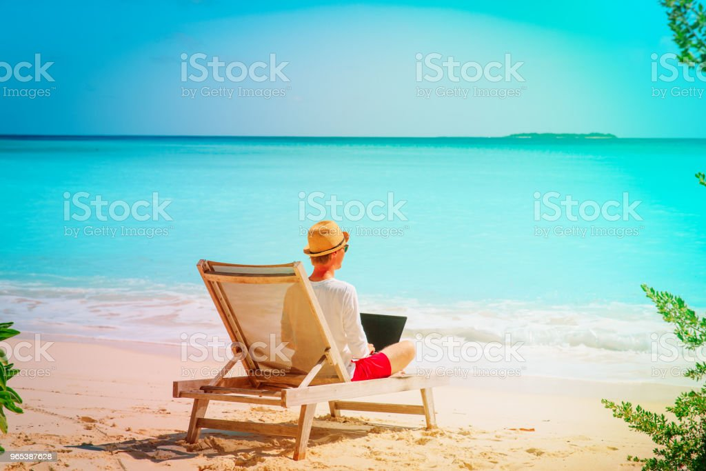 해변에 노트북에서 일 하는 젊은 남자 - 로열티 프리 개념 스톡 사진