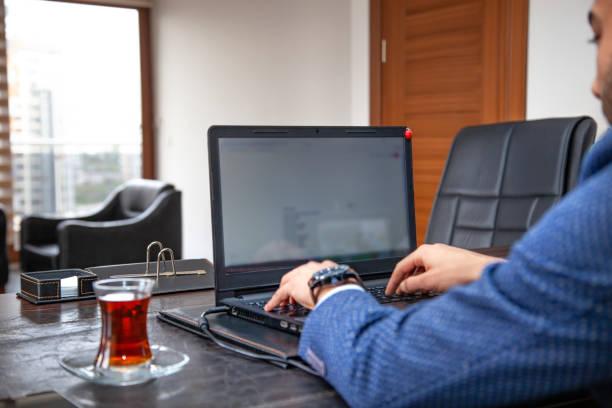 Junger Mann arbeitet am Laptop in seinem Büro. – Foto