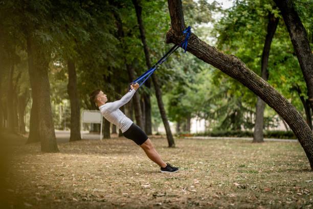 Junger Mann Workout auf Hängeriemen im Freien – Foto
