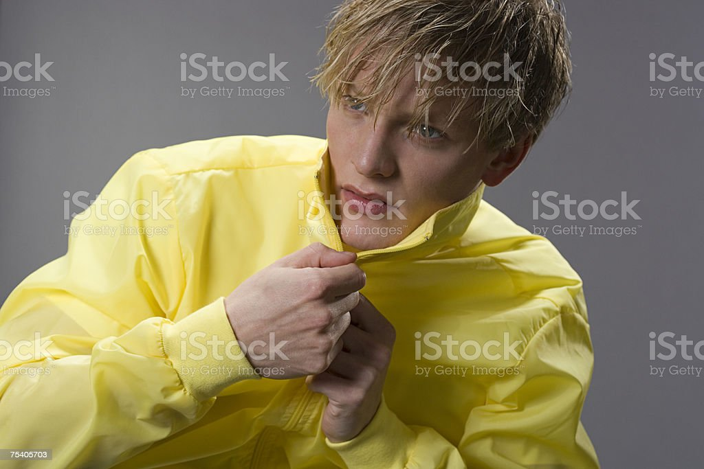 Jovem homem de casaco «zipar» foto de stock royalty-free