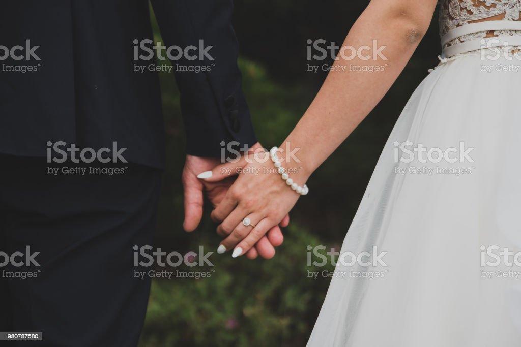 Jong getrouwd paar bedrijf handen - Royalty-free Alleen volwassenen Stockfoto