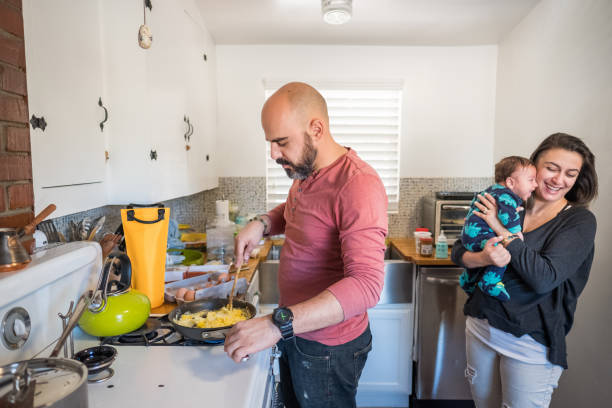 jung verheiratet paar macht frühstück - hausmannskost stock-fotos und bilder