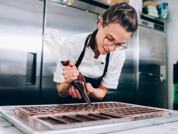 jeune maître chocolatier - boulanger photos et images de collection