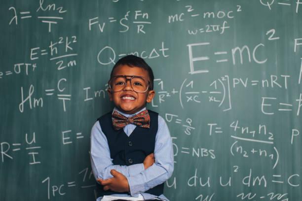 matemáticas joven nerd boy en aula - e=mc2 fotografías e imágenes de stock