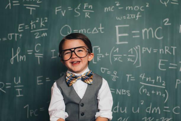 joven profesor de nerd de matemáticas en aula - e=mc2 fotografías e imágenes de stock