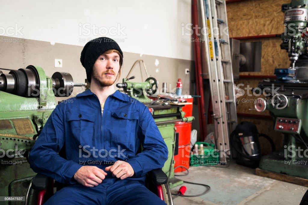 Junge Mechaniker/Auszubildenden in einem workshop – Foto