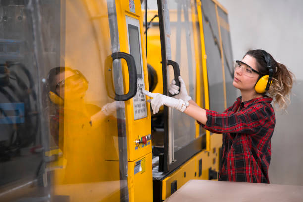 jovem engenheiro mecânico - moldando - fotografias e filmes do acervo