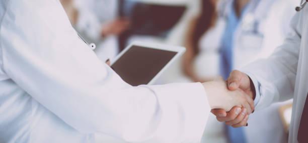 Junge Mediziner im Büro handschütteln – Foto