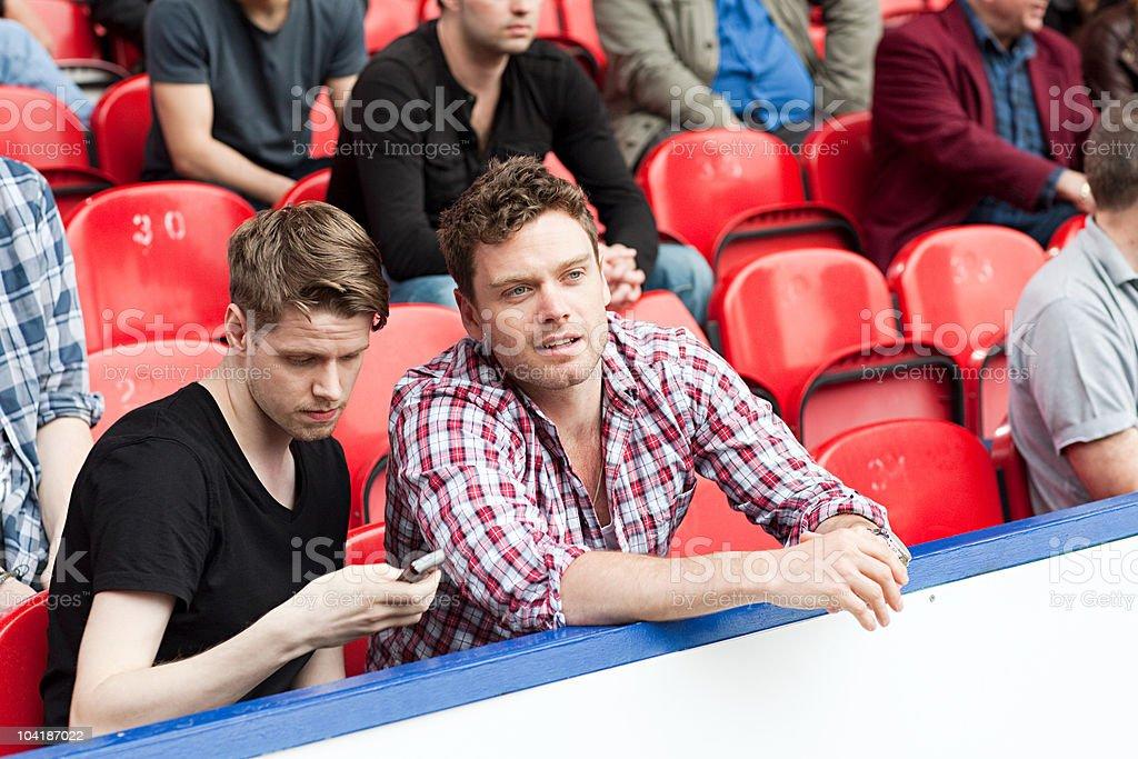 Hombres jóvenes en el partido de fútbol - foto de stock
