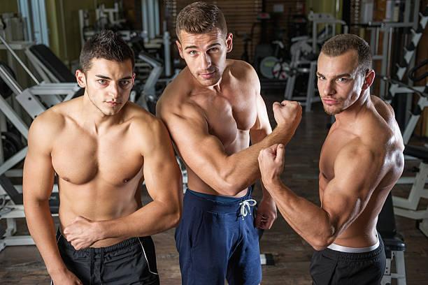 Junge Männer wodurch Ihre Muskeln im Fitness-Center – Foto