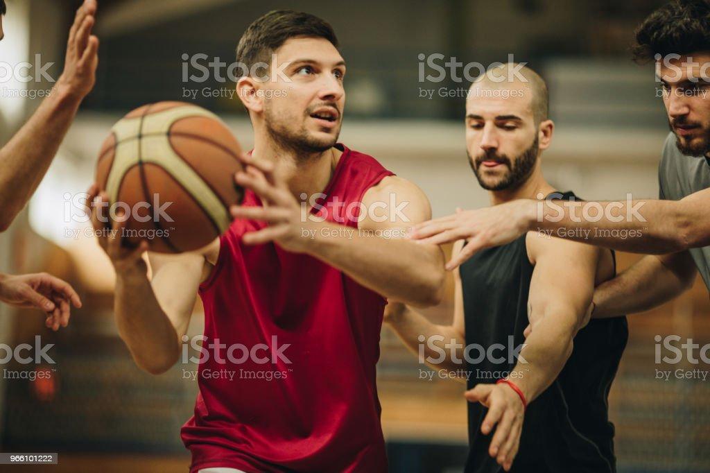 Jonge mannen met sport, training en het spelen van basketbal in de gymzaal van de school. - Royalty-free Aanvallen - Sporten Stockfoto