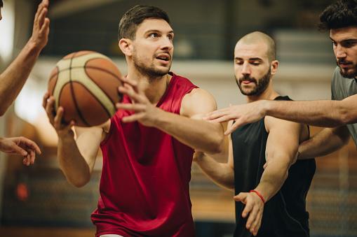 Jonge Mannen Met Sport Training En Het Spelen Van Basketbal In De Gymzaal Van De School Stockfoto en meer beelden van Aanvallen - Sporten
