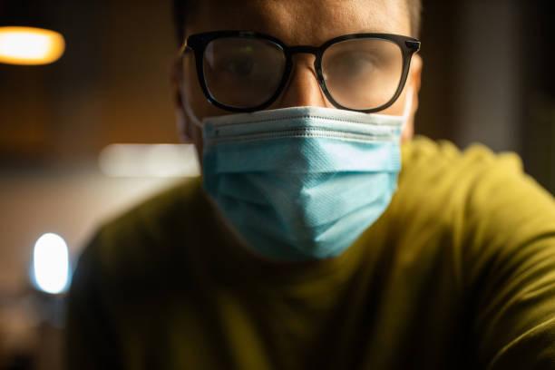 Junge Männer isolierten sich mit einer Gesichtsmaske in Quarantäne – Foto