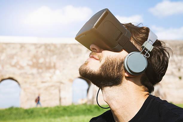 giovane uomo è affascinato in cuffia di realtà virtuale - ritratto 360 gradi foto e immagini stock