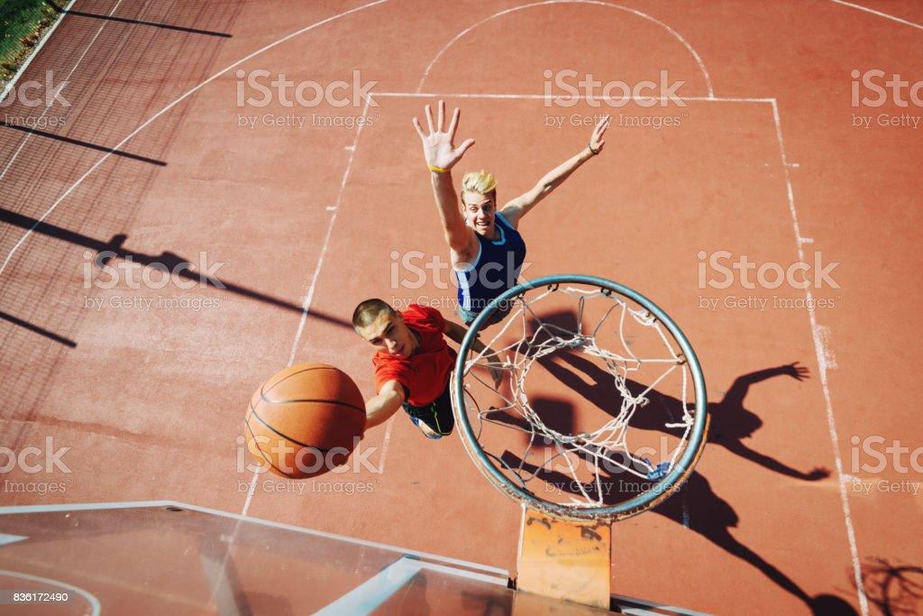 Junge Männer spielen Basketball eine auf einem Lizenzfreies stock-foto