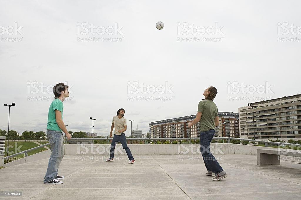 Young men playing football - foto de stock