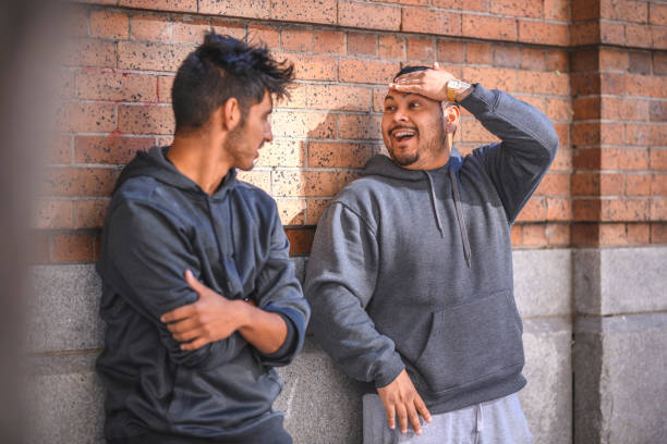 Junge Männer sprechen während des Trainings gegen Wand – Foto