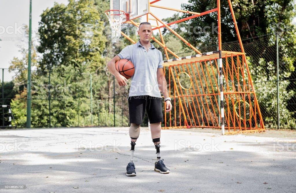 Jóvenes con piernas protésicas en cancha de baloncesto - foto de stock