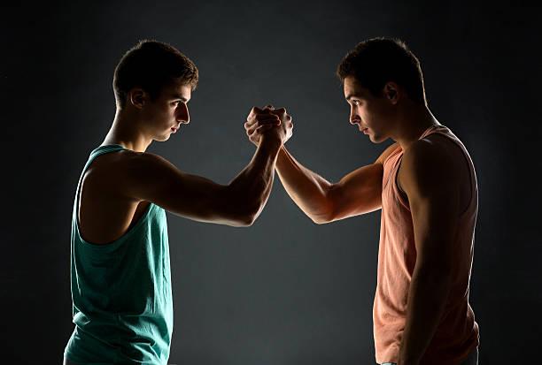 junge männer-ringen - armdrücken stock-fotos und bilder