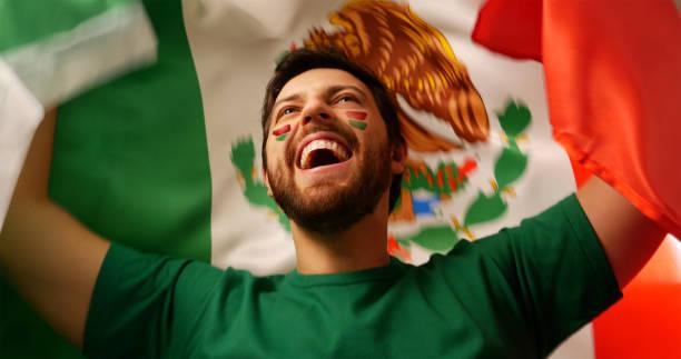 joven fan mexicano celebrando - bandera mexico fotografías e imágenes de stock