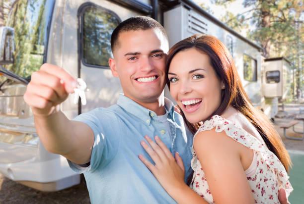 Junge Militär-Paare-Holding Keys in Front des neuen RV – Foto