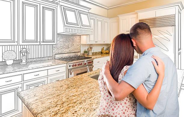 junge militärische pärchen auf individuelle küche und gestaltung inspiriert - küche neu gestalten ideen stock-fotos und bilder