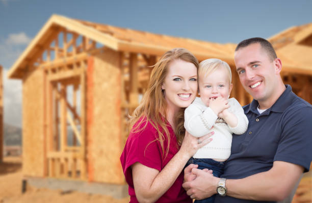 young military family outside their new home framing - nouveau foyer photos et images de collection