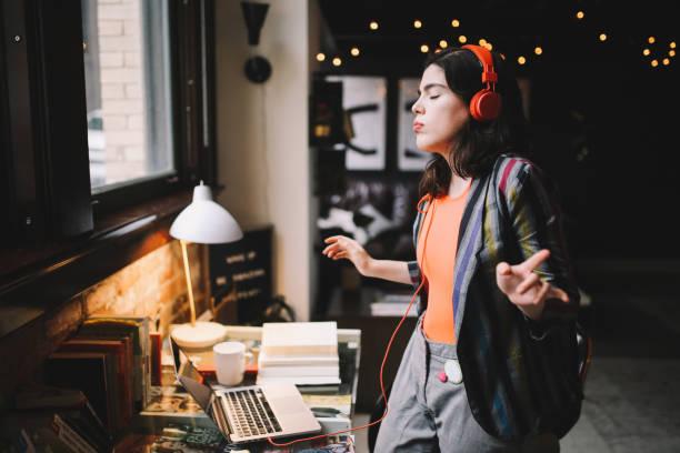 jovem dança milenar para a música em seu apartamento downtown los angeles - dançar - fotografias e filmes do acervo