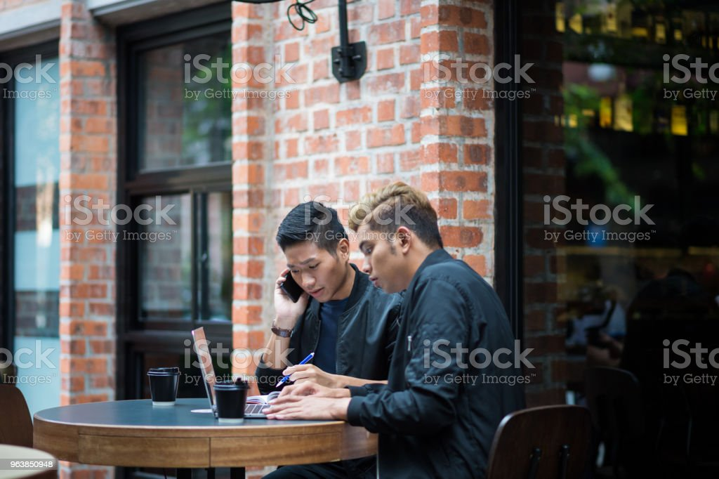 Young millennial entrepreneurs working at a cafe - Royalty-free 20-29 Years Stock Photo