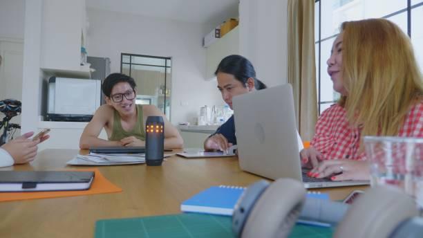 Junges Millennial mit intelligenter Stimme zur Steuerung von Raumgeräten in ihrer Wohnung – Foto