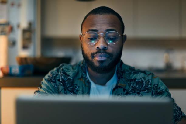 Junges Millennial nutzt Technologie für seine Investitionen und Online-Banking. – Foto