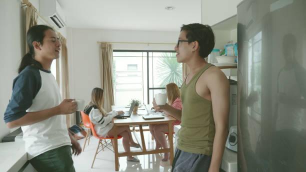Junge Millennial arbeiten zusammen in der Wohnung – Foto