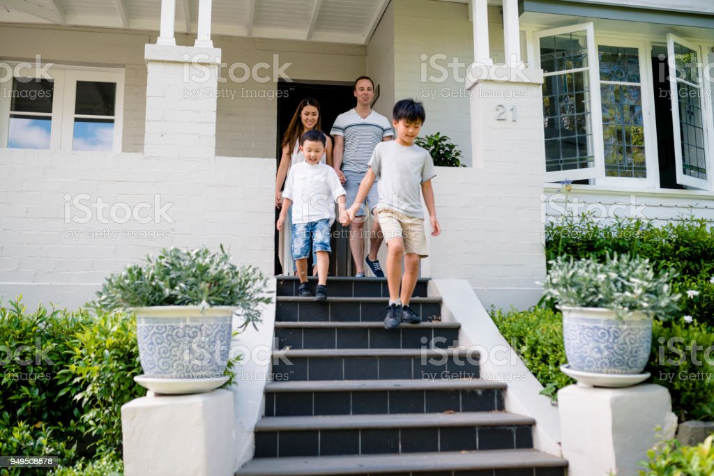 Junge Familie gemischt verlässt das Haus. – Foto