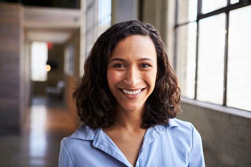 年輕的混血女商人微笑著拍照 照片檔及更多 30多歲 照片