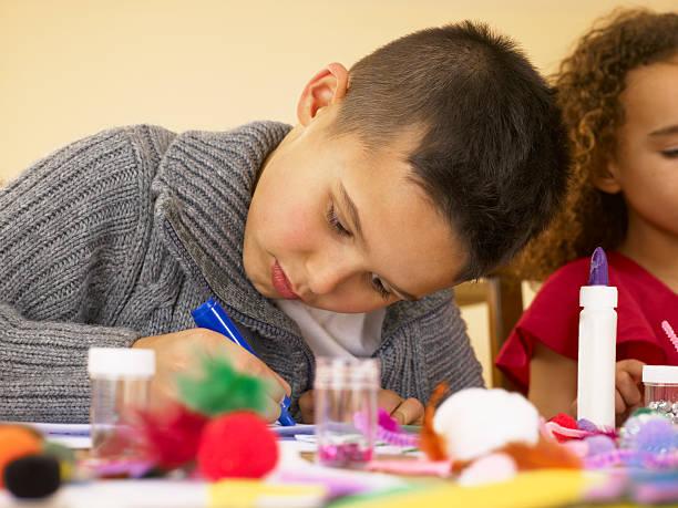 Junge gemischte Rennen Kinder tun Kunsthandwerk – Foto