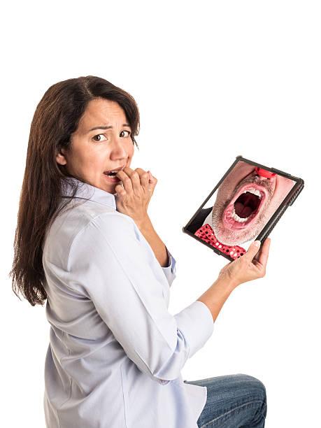 молодые смешанной расы женщина реагирует на злая клоун на планшете. - presidential debate стоковые фото и изображения