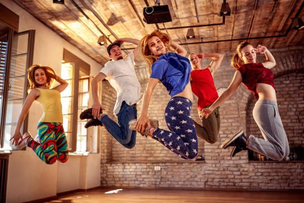 junge moderne Tänzer tanzen im Studio. Sport-, Tanz- und Stadtkulturkonzept – Foto