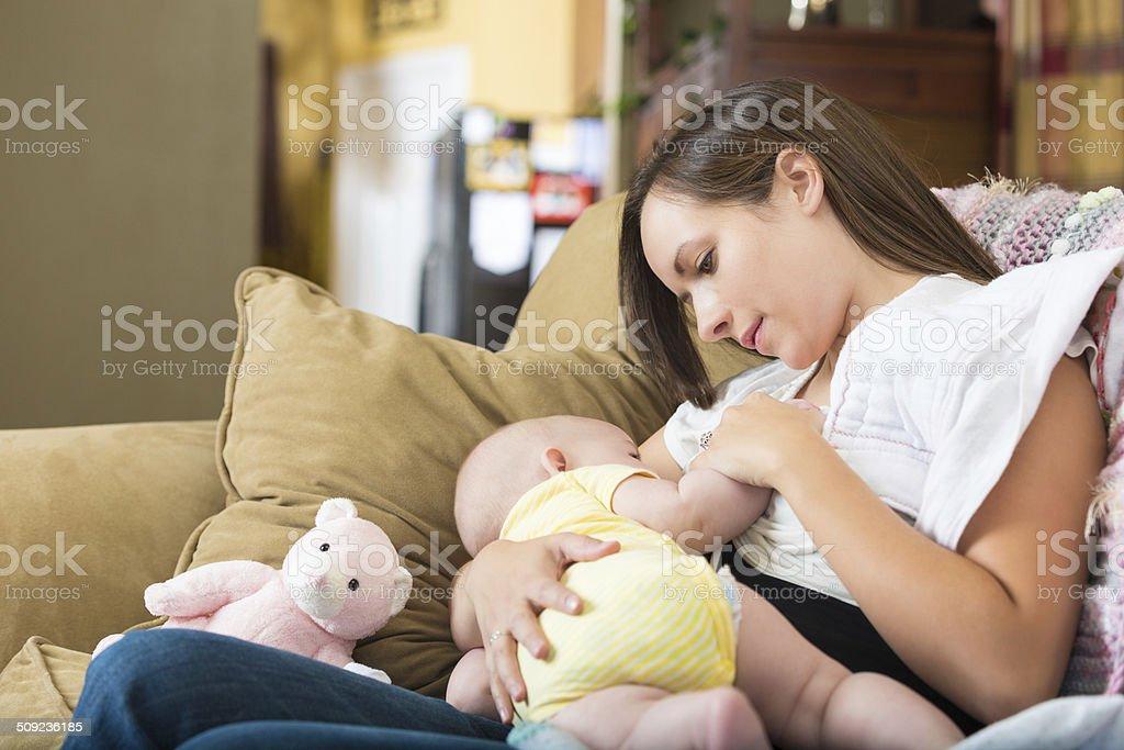 Joven Madre e hija bebé en período de lactancia en su - foto de stock