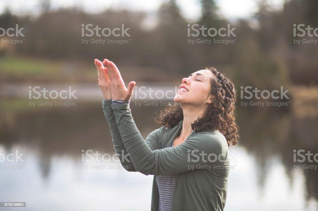 Jeune maman faire du yoga à l'extérieur du lac photo libre de droits