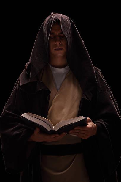 junge liest ein buch monk - kult stock-fotos und bilder