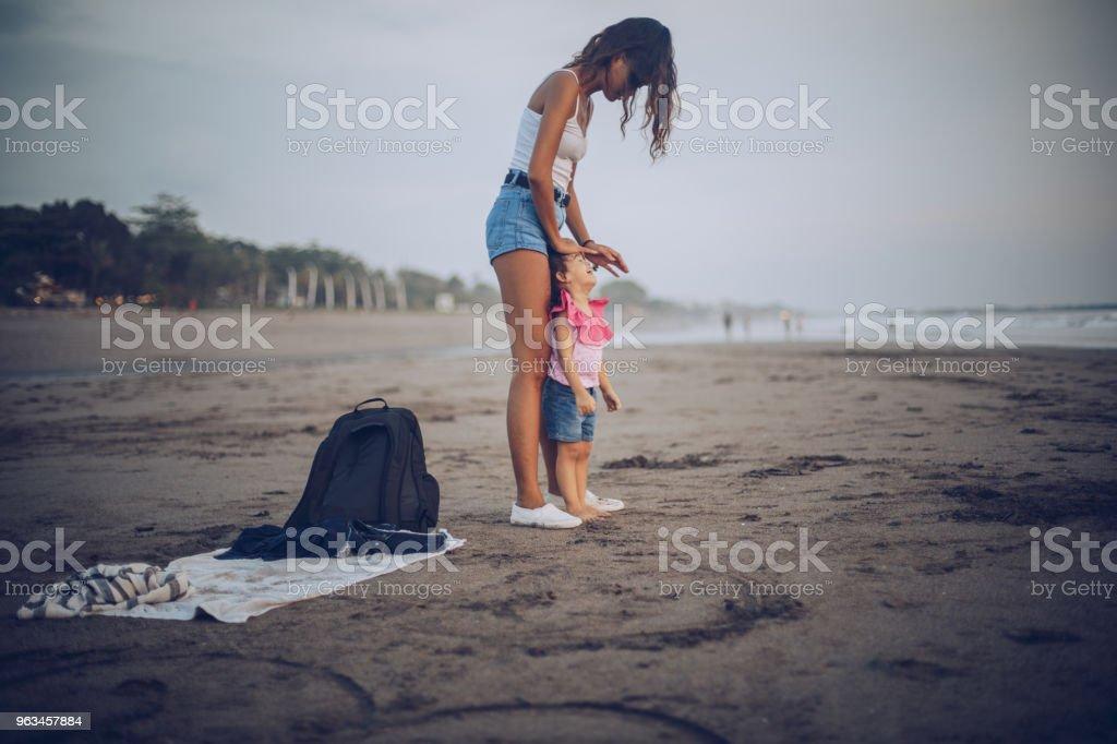 Genç anne ve kızı plajda - Royalty-free Aile Stok görsel