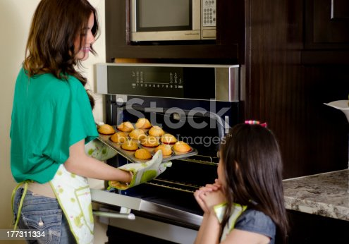 istock Young mother and daughter baking cupcakes 177311334
